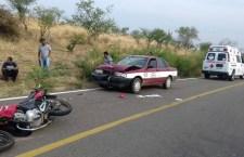 Deja 4 lesionados choque de moto y taxi