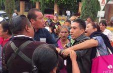 Comuna de Flavio Sosa y pobladores de Jalpan, toman la Anáhuac y agreden a fotorreporteros