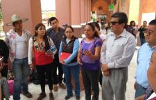 Austero y con premura, reconocieron autoridades a pareja del Jarabe Mixteco