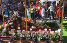 Cumplen 25 años las coloridas alfombras de aserrín en Huajuapan