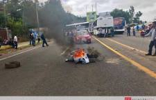 Maestros bloquean monumento a la madre como parte del boicot a la Guelaguetza oficial y priistas ofrecen transporte gratis