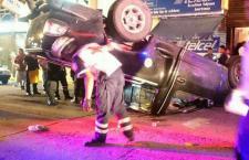 Vuelca camioneta en calle Nuyoo; un lesionado con heridas leves y un ileso