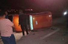 Vuelca taxi tras choque en Huajuapan