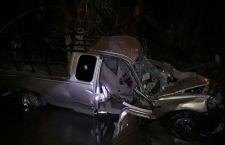 Cae camioneta a río: un muerto y dos lesionados