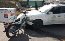 Deja un lesionado choque de taxi y motocicleta