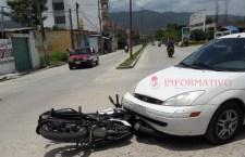 Deja dos lesionados choque de moto y vehículo