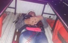 Derrapa mujer motociclista por piso mojado
