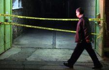 CUERNAVACA, MORELOS, 26SEPTIEMBRE2018.- Un hombre pasa por una escena de crimen. Durante esta mañana dos hombres fueron asesinados en dos sitios distintos, y otro resulto herido. Primero se reportó que dos hombres habían sido atacados a balazos en la camioneta en que se trasladaban en la colonia del Empleado, más tarde el cuerpo de un hombre sin vida fue localizado en un terreno baldío de la comunidad de Ocotepec, al norte de la ciudad. FOTO: MARGARITO PÉREZ RETANA /CUARTOSCURO.COM