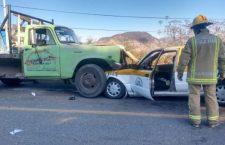 Impacta camioneta a taxi; conductor y pasajera lesionados
