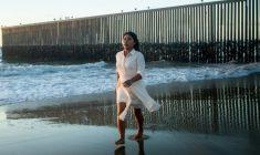 Las increíbles fotos de Yalitza Aparicio en la frontera entre México y EU