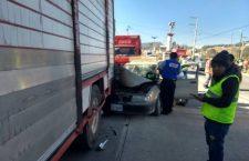 Se impacta supuesto conductor ebrio en camión; y en Putla, otro alcoholizado choca contra taxi