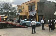 Aparentes estudiantes del Cobao escapan de policías; el vehículo en donde viajaban causó daños | Informativo 6y7