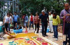 Comparten sus experiencias en elaboración de tapetes de aserrín