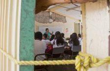 JUCHITÁN, OAXACA, 06SEPTIEMBRE2018.- A casi una año de cumplirse del sismo del 7 de septiembre de 2017, el cual afectó con severidad la zona del Itsmo del estado, aún el día de hoy se observan diversas aulas improvisadas con materiales como laminas, reforzadas y al aire libre, en donde estudian cientos de alumnos de educación básica. Tan solo en esta zona mas de mil 952 resultaron dañados, muchos de ellos aún con grandes pendientes en su remozamiento. Durante un recorrido por diversos pkanteles se observa como algunos salones lieralmente están amarrados con cuerdas para que las laminas que son sus paredes no se las lleve el viento, otros solo tienen un techo de lamina, mientras que algunos solo cuentan con una lona rota para guarcerse del clima,  FOTO: F. REYNA LUCERO /CUARTOSCURO.COM