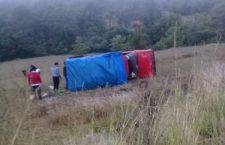 Camioneta se sale de carretera federal 125; quedó recostada en Tlaxiaco | Informativo 6 y 7
