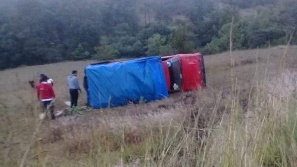 Camioneta se sale de carretera federal 125; quedó recostada en Tlaxiaco   Informativo 6 y 7