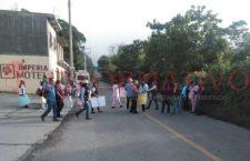 Bloquearon carretera en Putla trabajadores de salud