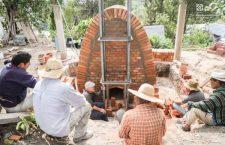 Ante peligro de que desaparezca la alfarería de Tonaltepec construyeron un horno de leña libre de humo