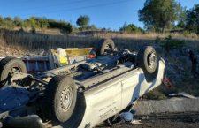 Volcadura de camioneta de carga deja tres lesionados
