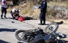 Chofer de taxi abandona la unidad, aparentemente impactó a motociclista