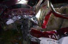 Taxi se impacta contra camioneta; ruletero resulta herido