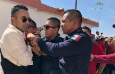 Con arma, amedrenta policía estatal a manifestantes en mitin de AMLO | Videos