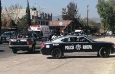 Taxi choca a motopatrulla y deja a policía lesionado