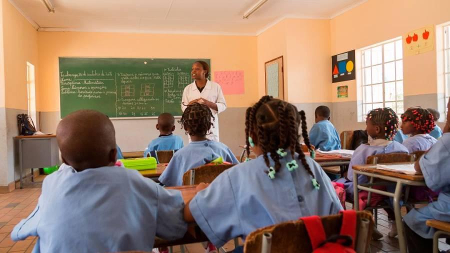 Ministério da Educação paga salários em atraso dos professores