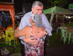 Prefeito Dr. Fernando prestigia abertura do São João, visita praça de alimentação e interage com população