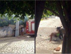 Mulher incendeia própria casa e fica na calçada vendo fogo se alastrar