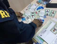 Trio suspeito de estelionato é preso com RGs e cartões do INSS falsos