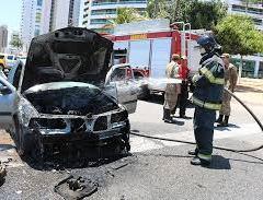Carro pega fogo na Avenida Roberto Freire, na Zona Sul de Natal