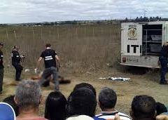 Dois homens e uma mulher são executados amarrados