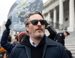 Ator que interpretou Coringa é preso em protesto organizado por atriz vencedora do Oscar contra mudanças climáticas