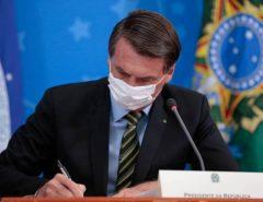 Bolsonaro sanciona lei que suspende pagamento do Fies na pandemia