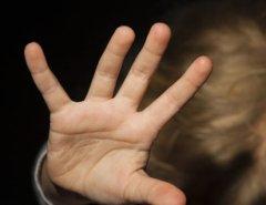 Criança de 04 anos é estuprada pela própria mãe e seu namorado em Natal