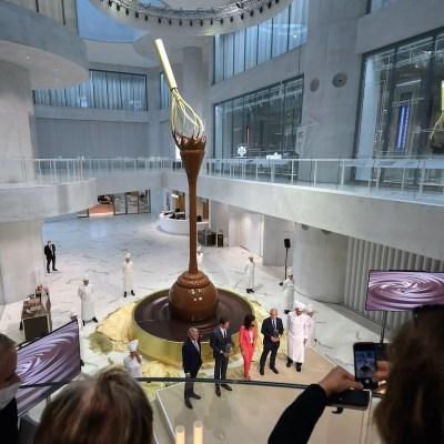 Inauguran fuente de chocolate de 9 metros de altura