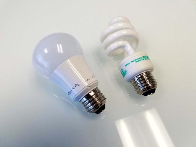 lampu hemat energi LED dan CFL