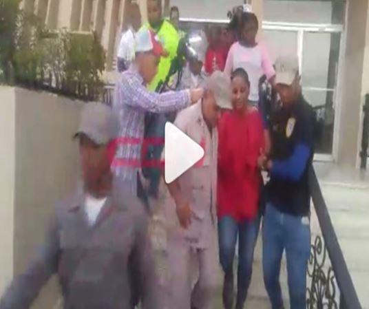 Video: Bajo estrictas medidas retiran del Palacio de Justicia a exfiscal Villa Vázquez –