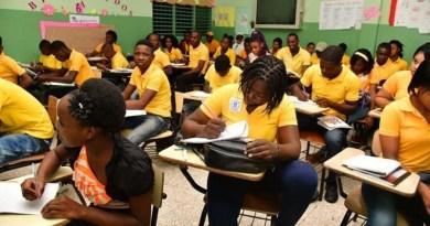 Los haitianos que estudian ocupan aulas que abandonan dominicanos