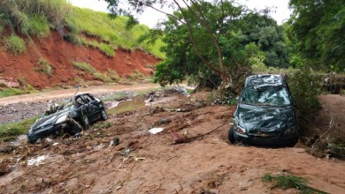 Foto de Mãe e filha morrem após carro ser arrastado por enxurrada em Bauru