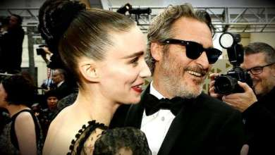 Foto de Fãs amam a foto de Joaquin Phoenix e namorada comendo lanche na calçada após o Oscar