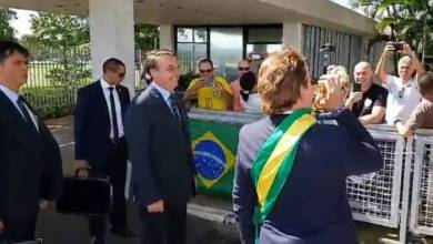 Foto de Humorista cumprimenta populares e responde imprensa no lugar de Bolsonaro