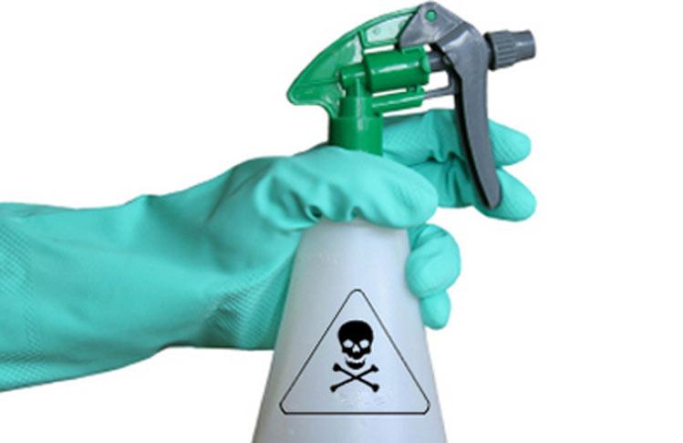 La mayoría de productos de limpieza usan compuestos muy agresivos para nuestra salud, trata de evitarlos con limpiadores alternativos.