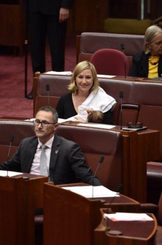 Senatorja australiane ushqen foshnjën në Parlament