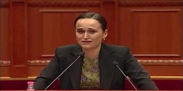 Përloti parlamentin dhe ngriti në këmbë deputetët me fjalimin e saj rrënqethës