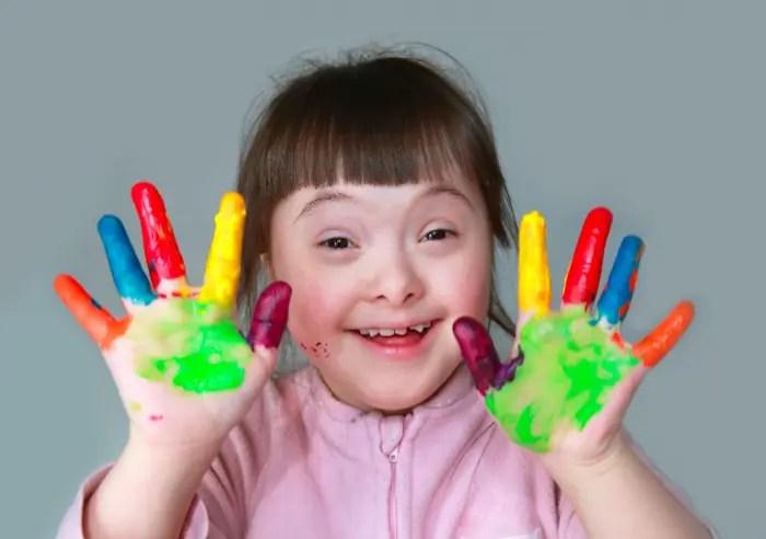 Nëndrejtoresha e shkollës diskriminon vogëlushen me Sindromën Down