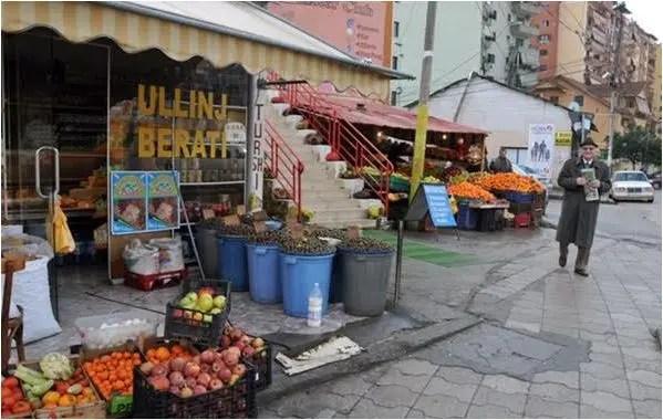 Kushte të mjerueshme në tregun e fruta-perimeve.