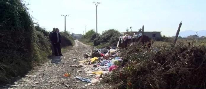 Golem/ Fshati nuk pastrohet nga mbeturinat