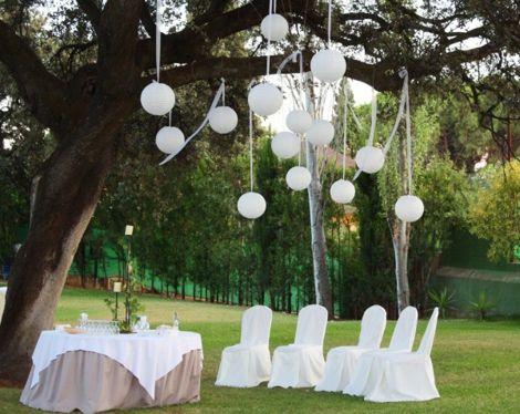 fiesta-al-aire-libre-decorada-en-color-blanco-decoracion de bodas
